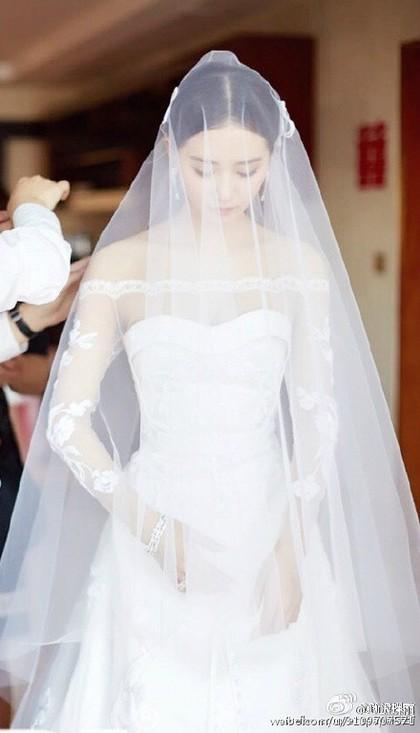 我要嫁白马王子高清_白净的肌肤与婚纱互相呼应,透过头纱看著刘诗诗准备嫁给白马王子的